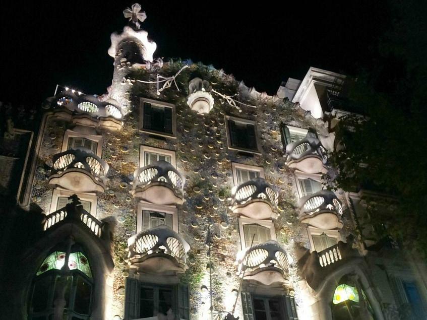 fassade casa battlo bei nacht
