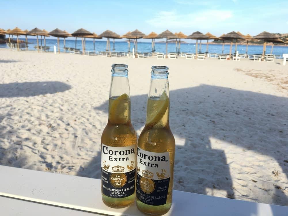 Sardinien Reisetipps - Bier am Strand - Spiaggia del Piccolo Pevero