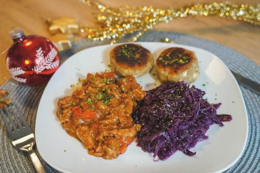 Veganes-Weihnachtsrezept-Gulasch-Rotkohl-Knoedel